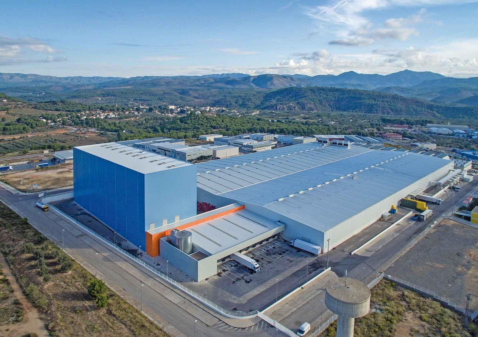 L'entrepôt de Dafsa est équipé de technologies de pointe et sa couleur discrète s'adapte à l'environnement