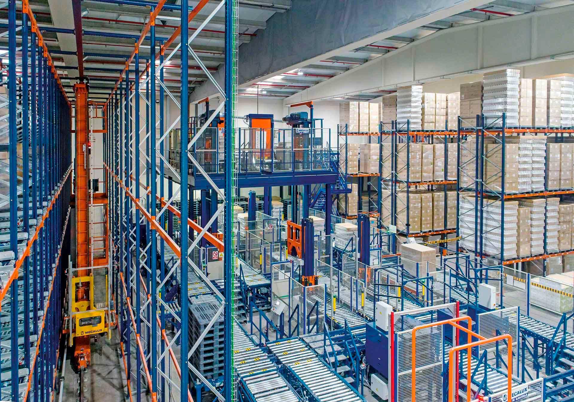Différentes solutions de stockage automatisé installées dans un entrepôt robotisé
