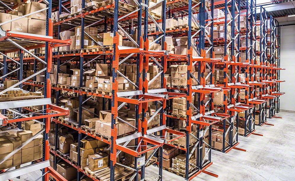 Mecalux a installé des rayonnages à palettes dans les deux zones, représentant une capacité de stockage dépassant les 19 600 palettes.