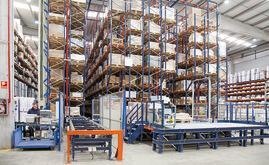 L'installation d'Industrias Cosmic se compose d'un entrepôt automatique à canaux dynamiques et d'un poste de picking