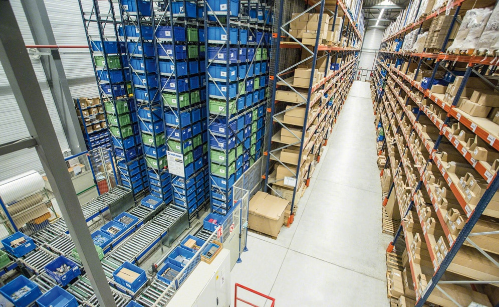 Magasin automatique Miniload dans le centre de distribution de Diager