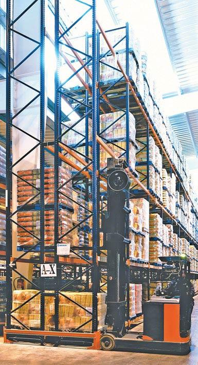 Chariot rétractable à double profondeur utilisé dans un entrepôt de produits alimentaires de grande consommation.