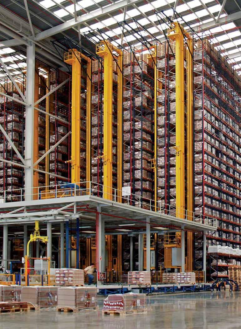 Intérieur d'un entrepôt autoportant d'une entreprise de construction