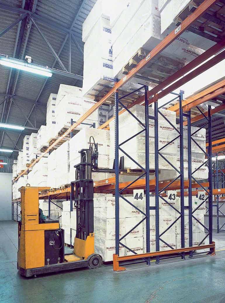 Rayonnages à palettes simple profondeur dans l'entrepôt d'un prestataire logistique