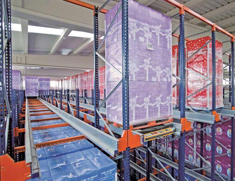 Système Pallet Shuttle dans l'entrepôt d'une entreprise de papier d'emballage décoratif