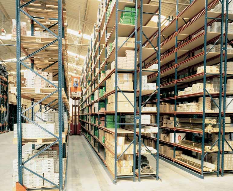 Almacén para cajas sueltas sobre estanterías con recogepedidos.