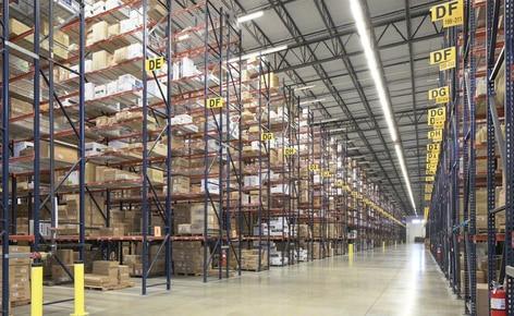 Les rayonnages à palettes résolvent les problèmes d'espace dans l'entrepôt de San Mar, grossiste textile à Dallas