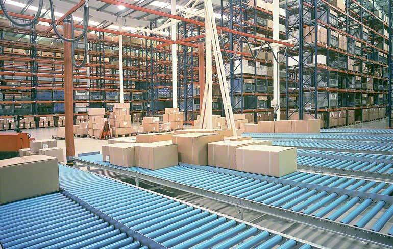 Zone de préparation de commandes d'un entrepôt de robinetterie et d'accessoires.