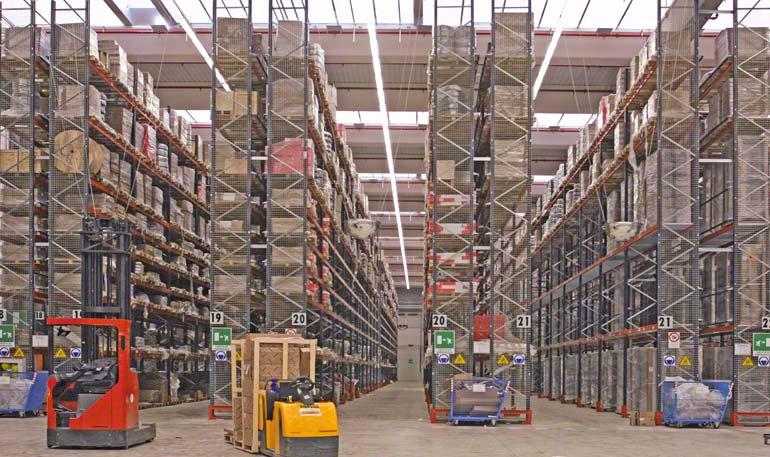 Entrepôt disposant des équipements de manutention nécessaires à la manipulation du chargement.