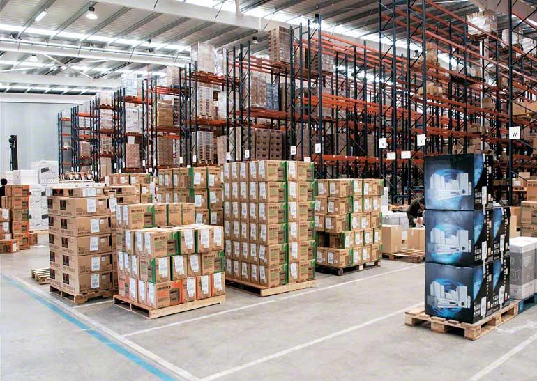 Entrepôt d'une entreprise de transport urgent et de distribution