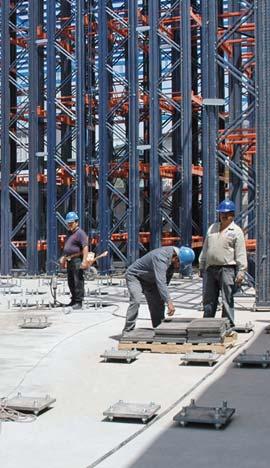 Analyse d'un dallage industriel dans le processus de construction d'un entrepôt.
