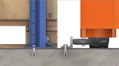 Les palettes reposent directement sur le sol. Un profil en « L » ancré dans le sol sert de guidage.