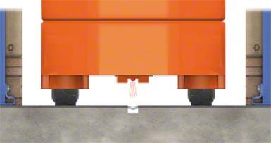 Un fil intégré dans le sol produit un champ magnétique que la machine détecte et qui la guide.