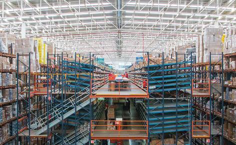 Mecalux a installé un entrepôt constitué d'un noyau central à deux tours de picking à trois niveaux où sont préparées les commandes