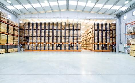 Deux systèmes de stockage permettent une utilisation et organisation optimale de l'espace, ainsi que la rotation des produits en conserve à Connorsa