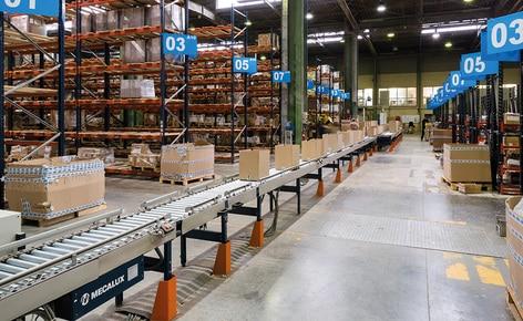 Un circuit convoyeur complet multiplie les performances du picking du fabricant de produits DYI Vynex