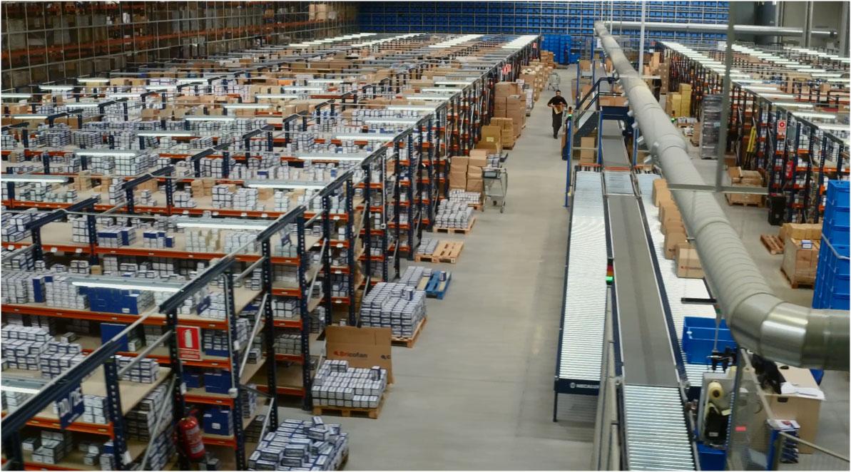 Magasin automatique Miniload dans le centre de distribution de Cofán