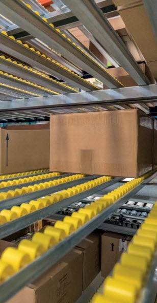 Rayonnages à palettes et dynamiques pour caisses dans l'entrepôt de FS.COM
