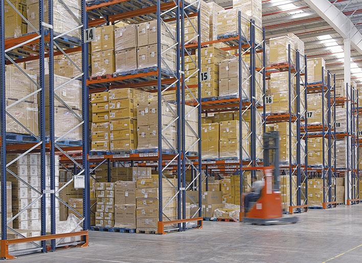 Deux systèmes de stockage dans le centre de distribution d'Eurofred en Espagne