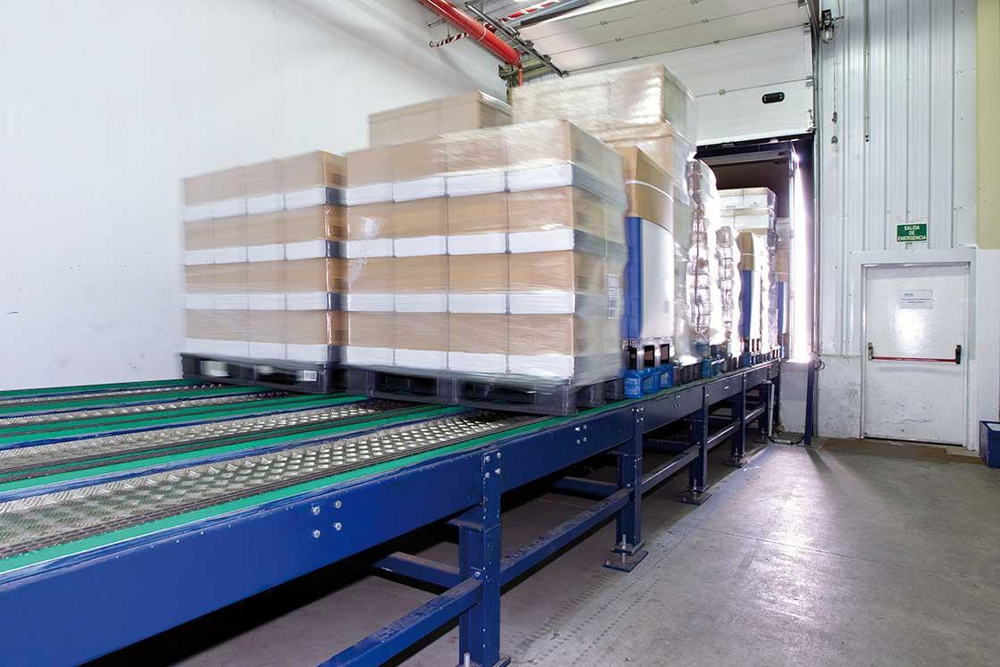 Les plateformes de déchargement automatique facilitent le transfert de la marchandise du camion vers la zone de réception